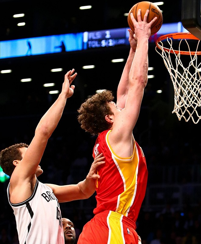 Omer Asik Rockets dunks on Humphries