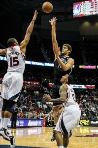 Brook Lopez shoots over Hawks Al Horford