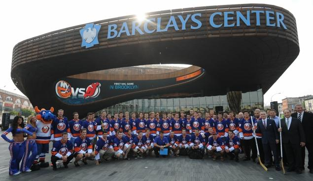 new-york-islanders team piocture outside Barclays Center